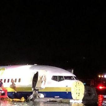Bagian hidung pesawat Miami Air International hilang akibat pendaratan keras. (AFP)