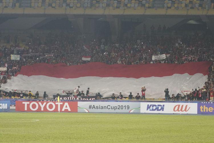 Sang Merah Putih berkibar di salah satu tribune Stadion Bukit Jalil jelang laga Timnas U-16 Indonesia vs India pada laga pamungkas Grup C Piala Asia U-16 2018, 27 September 2018.