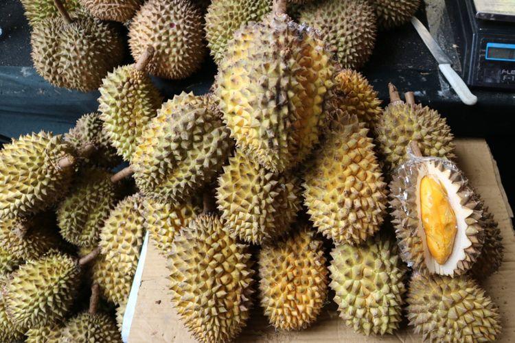 Durian lay yang dijual dam acara Wisata Durian, di Botani Square, Bogor, Sabtu (25/11/2017).