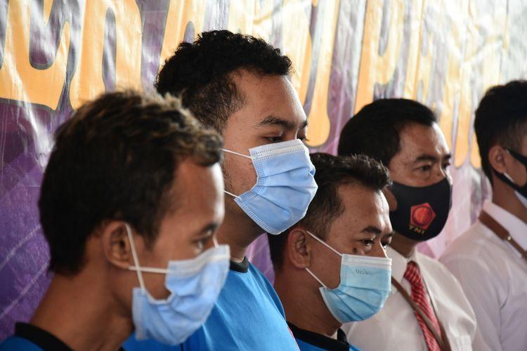 Tiga orang tersangka berinisial DR, CH dan DH ditahan lantaran telah melakukan penyekapan dan penganiayaan seorang anggota Polisi pasca ricuh Demo Omnibus Law Cipta Kerja di Bandung, sementara empat tersangka lainnya tak ditahan lantaran masih dibawah umur.