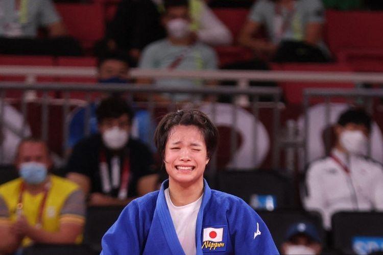 Uta Abe dari Jepang merayakan kemenangannya dalam pertandingan final judo -52kg putri melawan Amandine Buchard dari Prancis selama Olimpiade Tokyo 2020 di Nippon Budokan di Tokyo pada 25 Juli 2021.