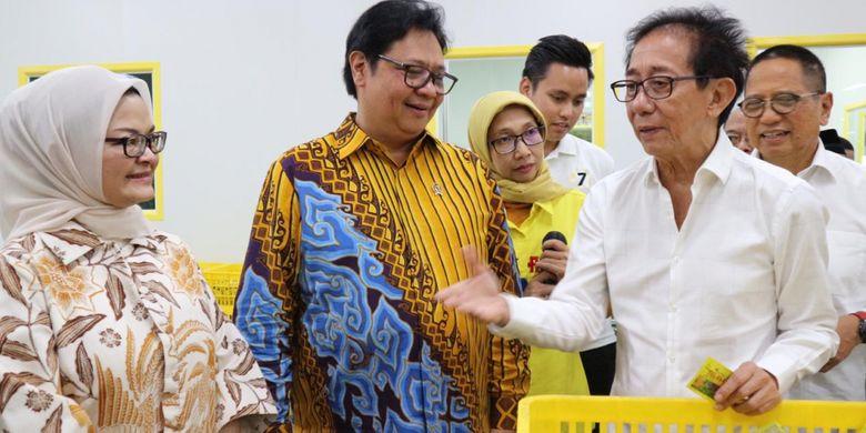 Direktur PT. Sido Muncul Irwan Hidayat bersama Menteri Perinsdustrian Airlangga Hartarto (tengah) dan Kepala BPOM RI Penny K. Lukito (kiri) usai acara Peresmian Perluasan Pabrik Cairan Obat Dalam baru Sido Muncul, Kamis (25/10/18) di Ungaran, Semarang.