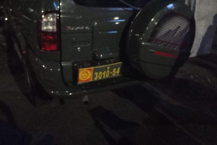 Sebuah mobil dinas TNI mengalami kecelakaan lalu lintas (laka lantas) di depan Hotel Rio, daerah Pasar Loak Jembatan Item, Rawa Bunga, Jatinegara, Jakarta Timur, Minggu (29/8/2021) malam. Mobil itu menabrak pedagang kali lima (PKL).