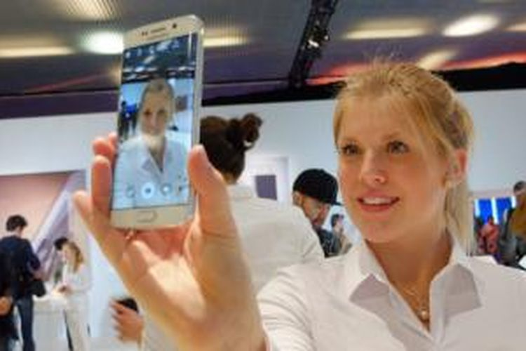 Staf Samsung mendemonstrasikan kamera Galaxy S6 dalam acara di Barcelona, Spanyol (1/3/2015)