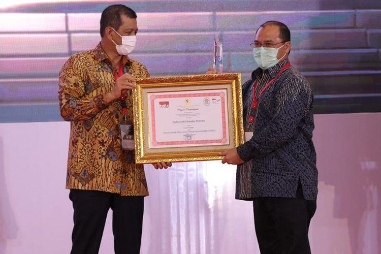 Ketua Satgas Covid-19 Nasional sekaligus Kepala BNPB Doni Monardo, saat memberi penghargaan Top Inovasi Pelayanan Publik Penanganan Covid-19 kepada Gubernur Kepulauan Babel Ezaldi Rosman, dalam acara Awarding Top Inovasi, Inovasi Penanganan Covid-19, dan Pengelola Pengaduan Pelayanan Publik Terbaik, di Gedung Tribrata, Jakarta, Rabu (25/11/2020).