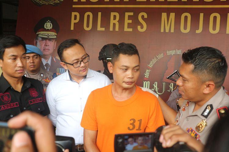 Kusnan Ghoibi alias Ali, anggota TNI AL gadungan yang memperdayai 5 orang janda, saat dipublikasikan kepada wartawan di Mapolres Mojokerto, Jawa Timur, Senin (17/2/2020).