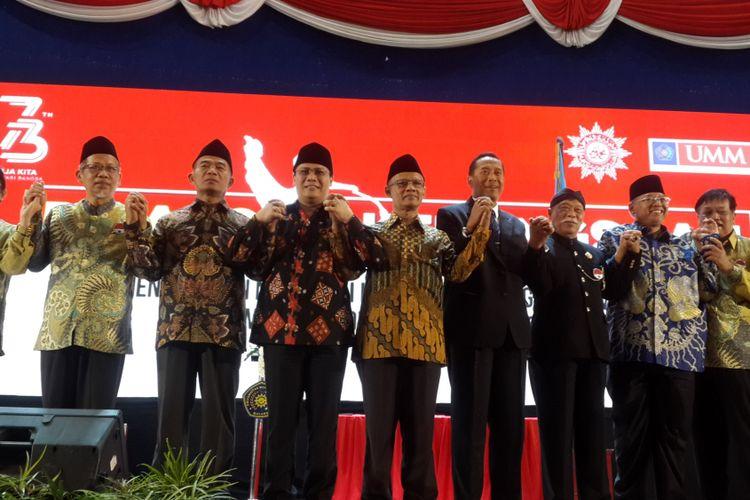 Ketua Umum PP Muhammadiyah Haedar Nashir (tengah) usai memberikan pidato kebangsaan di Universitas Muhammadiyah Malang (UMM) Kota Malang, Minggu (12/8/2018)