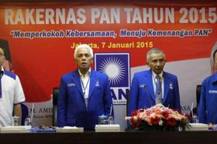 Ketua Majelis Pertimbangan Partai Amanat Nasional (PAN) Amien Rais (dua kanan) bersama Ketua Umum PAN Hatta Rajasa (dua kiri), Ketua DPP PAN Zulkifli Hasan (kiri), dan Wakil Ketua Umum Drajad Wibowo menyanyikan lagu kebangsaan Indonesia Raya saat membuka Rapat Kerja Nasional (Rakernas) PAN 2015 di Kantor DPP PAN, Jakarta, Rabu (7/1/2015). Rakernas tersebut diselenggarakan sebagai persiapan menuju Kongres PAN April mendatang.