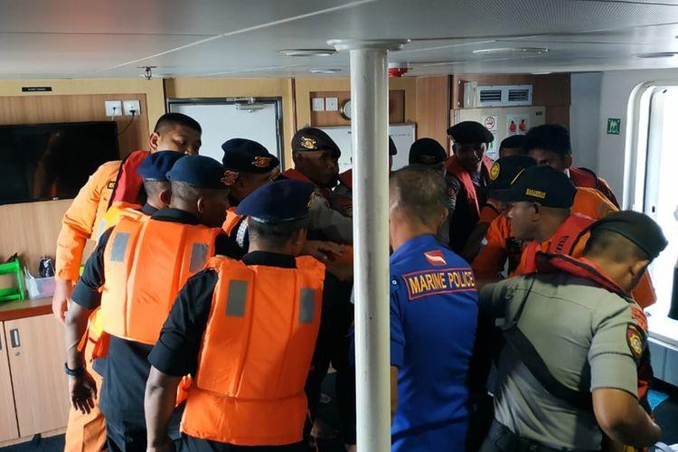 Tim SAR gabungan berdoa di atas KN SAR Bharata saat hendak bergerak menuju lokasi speedboat tenggelam di peraiaran Kei, Besar, Maluku Tenggara, Sabtu (14/9/2019)  Foto Humas SAR AMBON