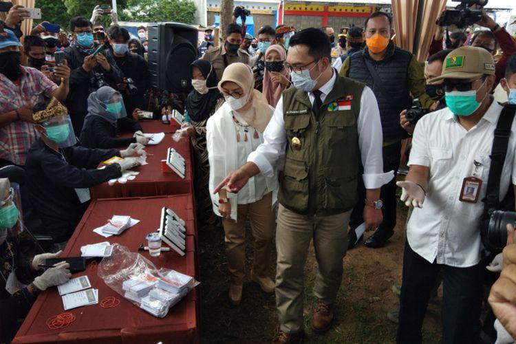 Gubernur Jawa Barat Ridwan Kamil saat meninjau proses pelaksanaan Pilkada di di TPS 5 Jalan Raya Gading Tutuka, Kabupaten Bandung, Rabu (9/12/2020).