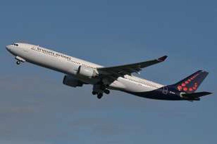 Pesawat Brussels Airlines lepas landas dari Bandara Zaventem, Brussels, Belgia, menuju kota Faro, Portugal, Minggu (3/4/2016).