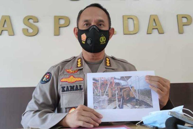Kabid Humas Polda Papua, Kombes AM Kamal tengah menunjukan foto generstor BTS yang dibakar di Kabupaten Puncak, Jayapura, Senin (11/1/2021)