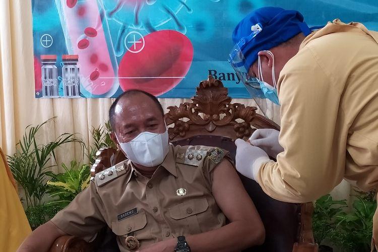 Wakil Bupati Banyumas Sadewo Tri Lastiono disuntik vaksin Covid-19 di RSUD Banyumas, Jawa Tengah, Senin (25/1/2021).