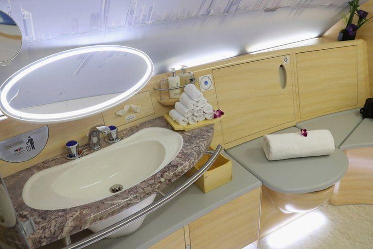 Toilet di kelas utama Emirates A380.