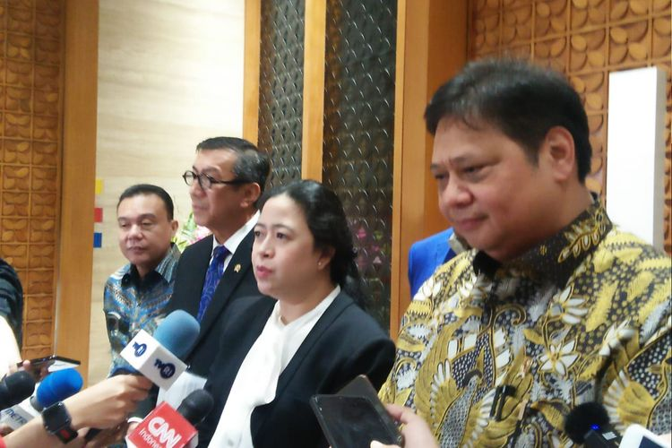 Menko perekonomian Airlangga Hartarto, Ketua DPR Puan Maharani dan Menteri Hukum dan HAM Yasonna Laoly di Kompleks Parlemen, Senayan, Jakarta, Rabu (29/1/2020).