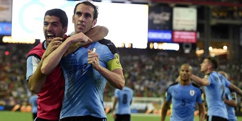Luis Suarez merayakan gol Diego Godin saat Uruguay berhadapan dengan Meksiko pada laga Grup C Copa America Centenario, Minggu (6/6/2016).