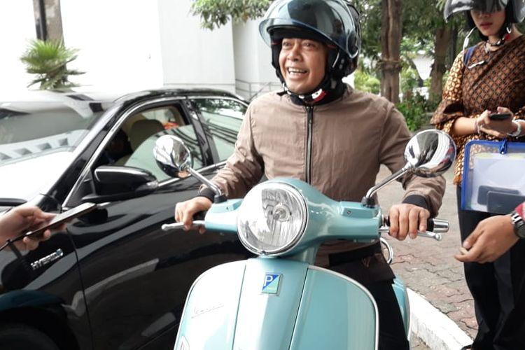 Irjen Pol Antam Novambar dengan motor vespa birunya di Kementerian Sekretariat Negara, Selasa (27/8/2019).