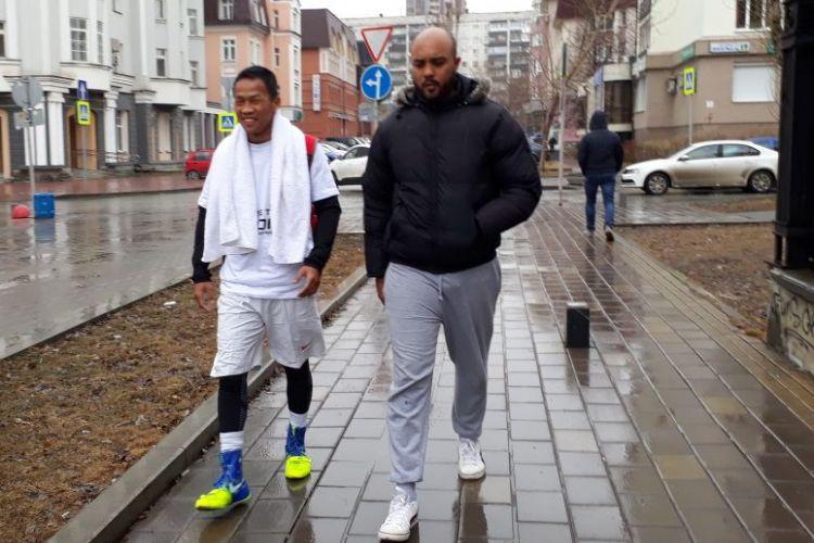 Petinju kelas ringan Indonesia, Daud Yordan (kiri), saat berlatih dengan sang pelatih di Rusia.