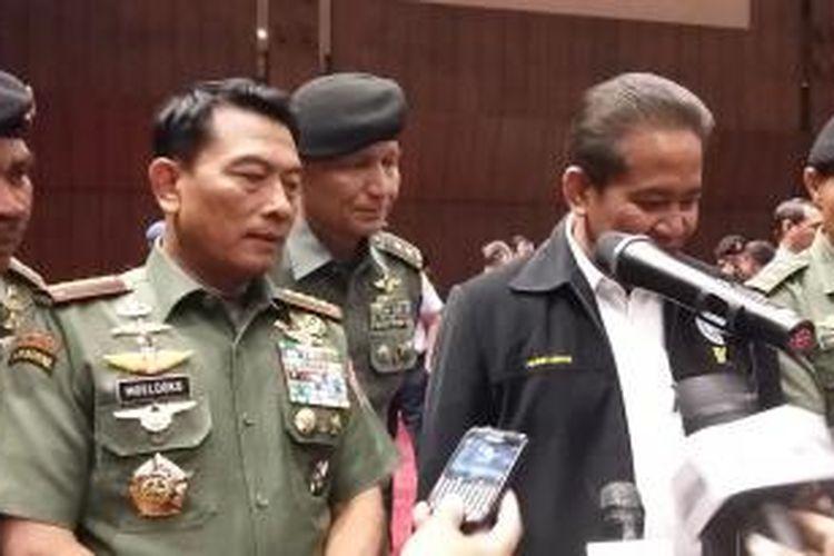 Panglima TNI Jenderal Moeldoko dan Kepala BNN Komjen Anang Iskandar, saat penandatanganan nota kesepahaman di Mabes TNI Cilangkap, Jakarta Timur, Rabu (13/5/2015).