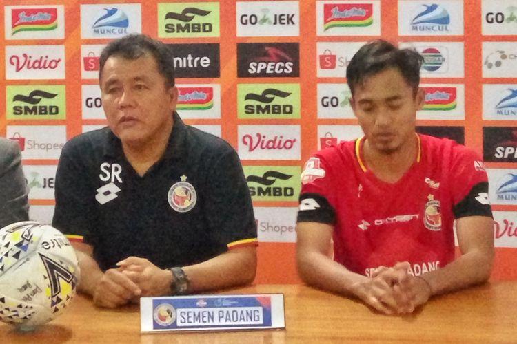 Pelatih Semen Padang, Syafrianto Rusli dan Rosad Setiawan, saat jumpa pers usai laga melawan PSS Sleman