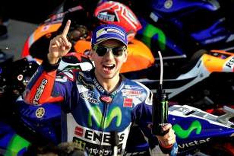 Pebalap Movistar Yamaha Team asal Spanyol, Jorge Lorenzo, merayakan keberhasilannya mengunci pole position GP Valencia setelah mencatat putaran tercepat pada sesi kualifikasi di Sirkuit Ricardo Tormo, Sabtu (12/11/2016).
