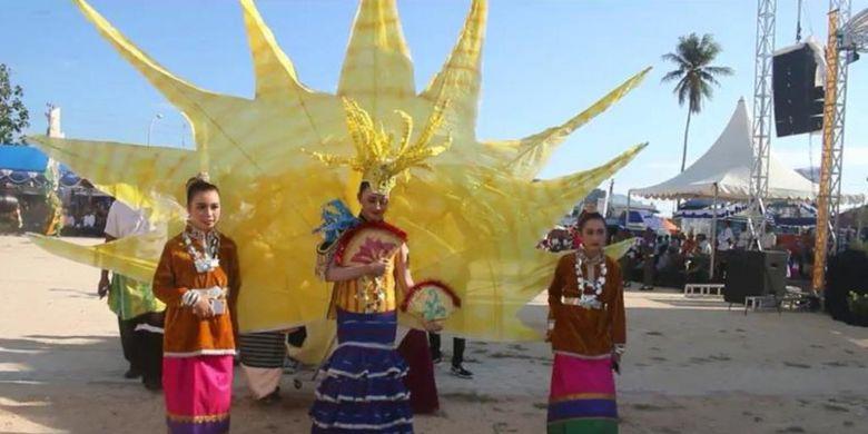 Wakatobi Wonderful Festival dan Expo atau Festival Wakatobi Wave 2018 yang berlangsung di Kabupaten Wakatobi, Sulawesi Tenggara, Selasa (13/11/2018). Dalam festival tersebut, terdapat barisan karnaval yang menggunakan pakaian biota yang hidup di laut.