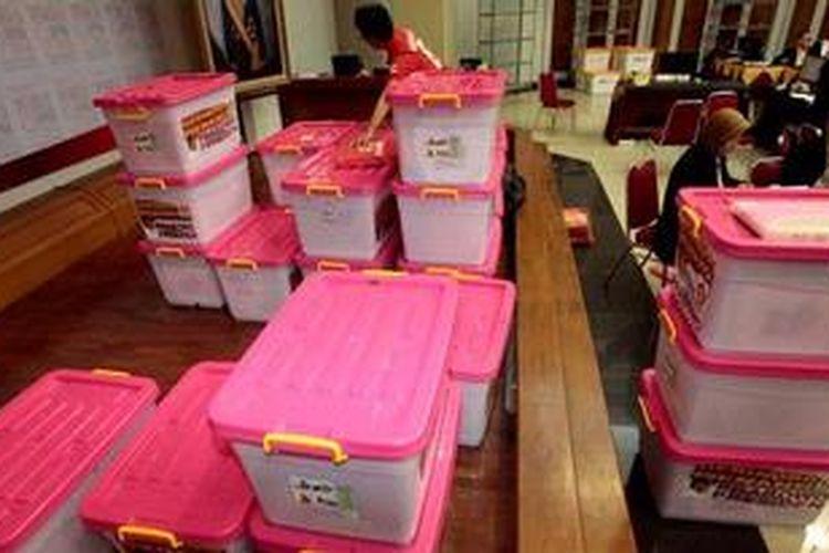 Petugas Komisi Pemilihan Umum menerima daftar calon sementara (DCS) anggota legislatif dari partai politik di Gedung KPU, Jakarta, Senin (22/4/2013). Hari terakhir penyerahan DCS, delapan partai politik menyerahkan daftar nama calon sementara anggota legislatif kepada KPU untuk diverifikasi .
