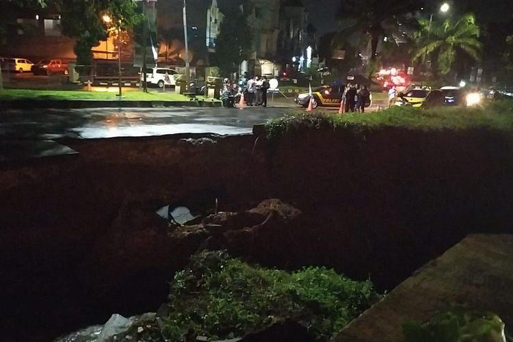 Jalan Boulevard di Grand Depok City, Jawa Barat, ambles dengan kedalaman diperkirakan mencapai sekitar 3 meter pada Senin (12/4/2021) malam. Titik ambles itu terletak di depan Ghawil Cafe dengan panjang diperkirakan hingga 15 meter.