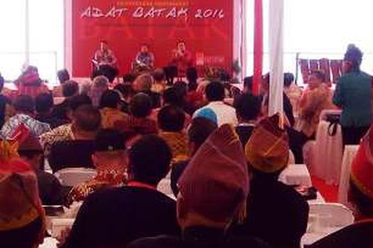 Wakil Presiden RI Jusuf Kalla didamping Gubernur Sumutera Utara Erry Nuraidi dan Ketua PSBI Effendi Simbolon, saat mendengarkan enam perwakilan puak berbicara di acara Musyawarah Masyarakat Adat Batak dan Rakernas PSBI di Pantai Bebas Parapat, Sabtu (30/7/2016) kemarin.