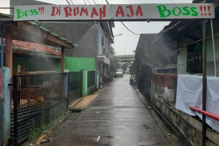Gapura penyemprot disinfektan otomatis di lingkungan RT 09, RW 04, Kelurahan Cipinang Melayu, Makasar, Jakarta Timur, Rabu (1/4/2020).