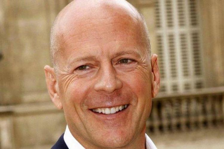 Bruce Willis Diusir dan Dikecam Usai Tak Pakai Masker Saat ...