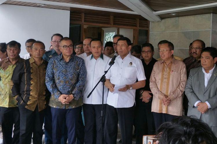Menko Polhukam Wiranto bersama petinggi partai pendukung pemerintah