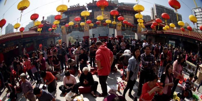 Warga memadati Kuil Sik Sik Yuen Wong Tai Sin, Kowloon, Hong Kong, Jumat (31/1/2014). Kuil ini selalu dipadati warga pada saat Tahun Baru Imlek untuk berdoa serta mencari peruntungan di masa depan.