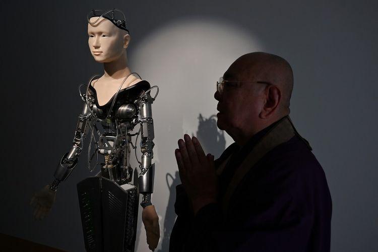 Biksu Tensho Goto, bersama robot biksu yang ada di Kuil Kodaiji, Kyoto, Jepang, yang akan membacakan doa untuk pengunjung kuil.
