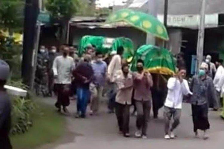 Proses pemberangkatan kedua jenazah pasutri yang meninggal bersamaan di Kelurahan Sukorejo, Kabupaten Bojonegoro, Jawa Timur, Jumat (5/2/2021).