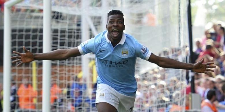 Striker Manchester City, Kelechi Iheanacho, mencetak gol ke gawang Crystal Palace pada lanjutan Premier League di Selhurst Park, Sabtu (12/9/2015)