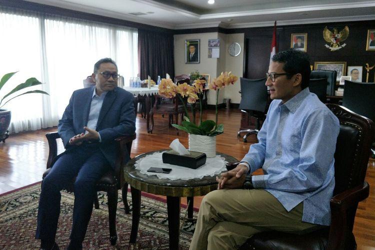 Ketua Majelis Permusyarawatan Rakyat (MPR) Zulkifli Hasan menerima calon wakil presiden nomor urut 02 Sandiaga Uno di Kompleks Parlemen Senayan, Jakarta, Selasa (16/4/2019).