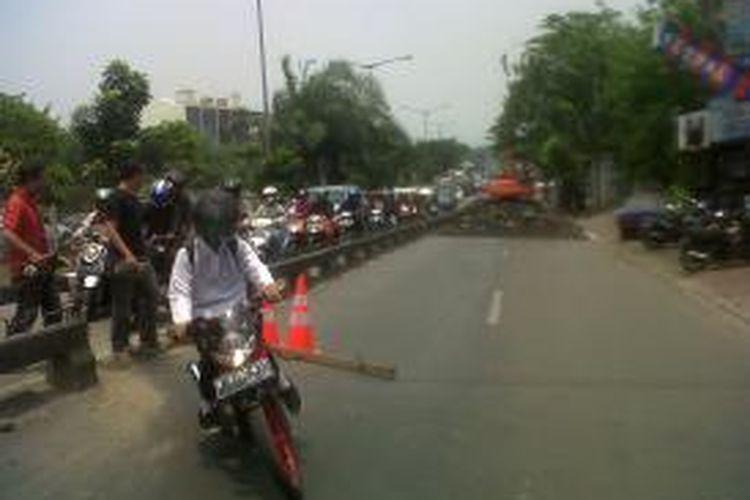 Jalan Panjang menuju arah Kebon Jeruk sedang diperbaiki dan ditinggikan, Jumat (13/9/2013). Mobil hanya bisa melintas melalui busway, sehingga menyebabkan antrean panjang.