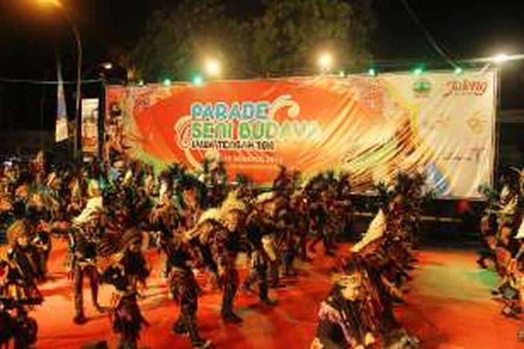 Tari Topeng, dari Magelang membuka Parade Budaya Jawa Tengah, dalam perayaan HUT Jawa Tengah ke 66, Minggu (28/8/2016).
