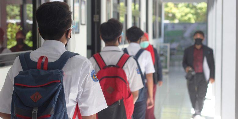 Simulasi jaga jarak aman dalam kegiatan pembelajaran tatap muka di SMP Islam Cendekia Cianjur, Senin (31/8/2020).