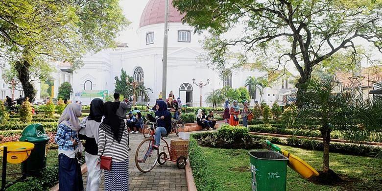 Wisatawan mengunjungi Taman Srigunting yang berada di kawasan Kota Lama, Kota Semarang, Jawa Tengah, Rabu (13/7/2016).