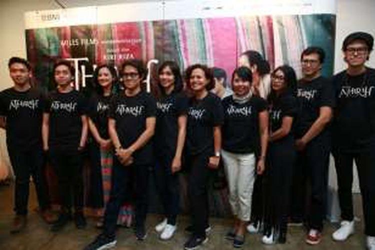 Tim film Athirah, yaitu para pemeran, sutradara Riri Riza (keempat dari kiri), dan produser Mira Lesmana (kelima dari kanan) diabadikan bersama dalam jumpa pers di kawasan Senopati, Jakarta Selatan, Senin (22/8/2016).