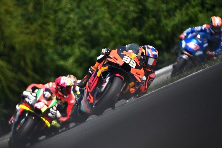 Brad Binder (depan) dari Red Bull KTM Factory Racing mengendarai motornya dalam MotoGP Ceko di Sirkuit Brno pada 9 Agustus 2020.