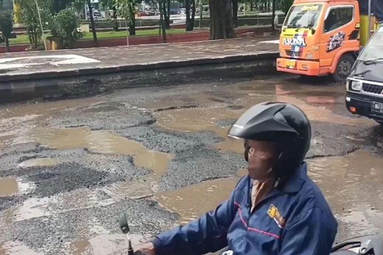 Kondisi jalan rusak di ruas jalan sekitar Monumen Juang Kota Pekalongan Jawa Tengah.