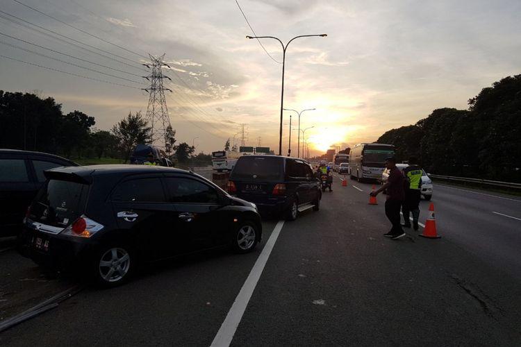 Contraflow di Tol Jakarta-Cikampek dari Km 50 sampai dengan Km 35+600 arah Jakarta, Minggu (1/4/2018).