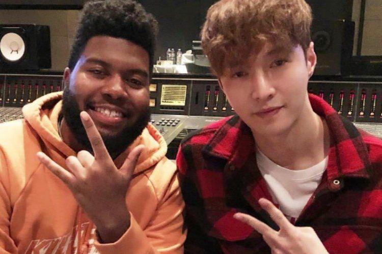 Lay (kanan), member boyband K-pop EXO, dan artis musik Khalid dari AS