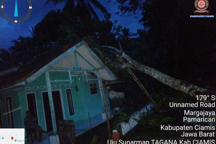 Sebuah pohon besar menimpa rumah di Kecamatan Pamarican, Kabupaten Ciamis, Jumat petang (13/11/2020). Pohon roboh setelah dihempas angin kencang.