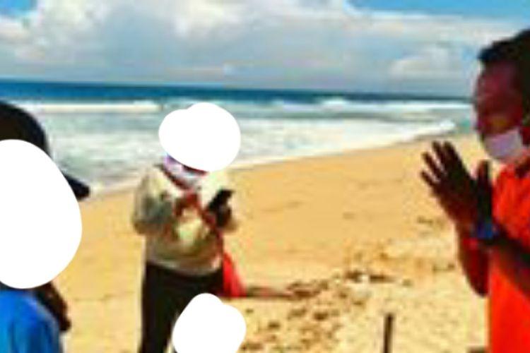 Petugas SAR Mengajak Wisatawan Untuk Meninggalkan Pantai Sepanjang, Gunungkidul, karena Ada Ratusan Wisatawan yang Nekat Datang saat Libur Lebaran Senin (25/5/2020)