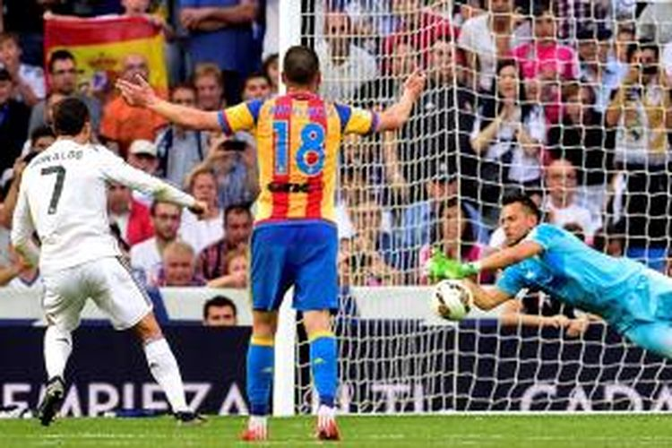 Penjaga gawang Valencia, Diego Alves, menggagalkan eksekusi penalti Cristiano Ronaldo di Stadion Santiago Bernabeu, Sabtu malam atau Minggu (10/5/2015) dini hari WIB.