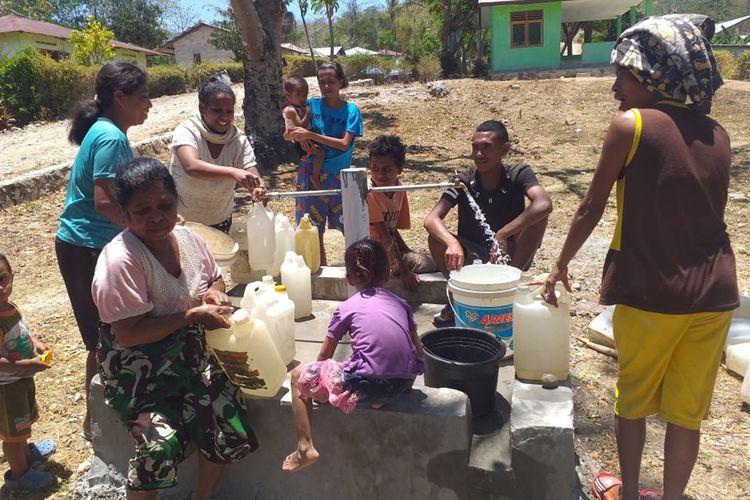 Vinsensius bersama warga lainnya telah menikmati air bersih dalam program TMMD Kodim 1605 Belu, NTT.